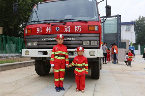萌萌哒的小消防员闪亮登场平安树安全教育体验课堂